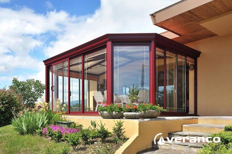 v randa rubis compos e d 39 une toiture double pente et rayonnante. Black Bedroom Furniture Sets. Home Design Ideas